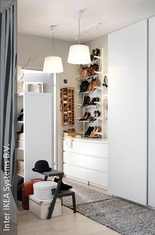 Vorhänge sind praktische Raumtrenner und mithilfe einer bodenlangen Gardine kann ein Teil des Schlafzimmers schnell zum begehbaren Kleiderschrank umfunktioniert werden. Diese Idee eignet sich besonders für Einzimmerwohnungen oder für alle, die etwas Carrie-Bradshaw-Feeling in ihr Schlafzimmer bringen wollen.
