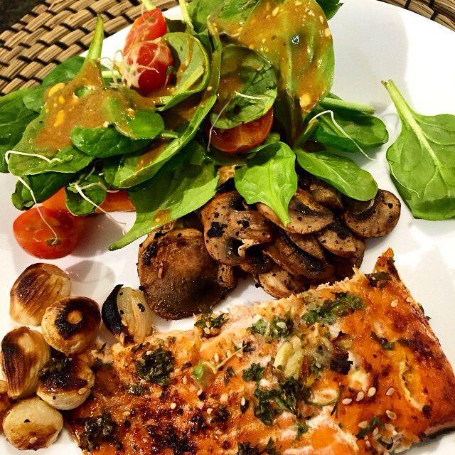 Almuerzo Saludable! Salmón al horno con vegetales! Preparación en foto anterior!  #ricoysaludable #soysaludableenlacocina