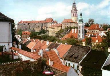 Krumlovský zámek je v Čechách druhý největší po Pražském hradě a dodnes vypovídá velmi názorně o své bohaté historii. Setkáváme se v něm s doklady stavebního mistrovství i uměleckými díly z doby pánů z Rožmberka, vládnoucích odtud velké části jižních Čech v letech 1302 až 1600. Památku na svůj rod zde zanechali rovněž vévodové z Eggenbergu.