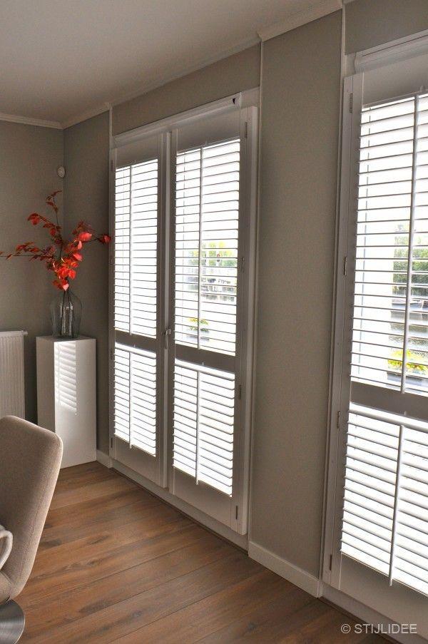 Binnenkijken in een appartement in moderne design stijl met warmrode en taupe kleuren in - Taupe kleuren schilderij ...