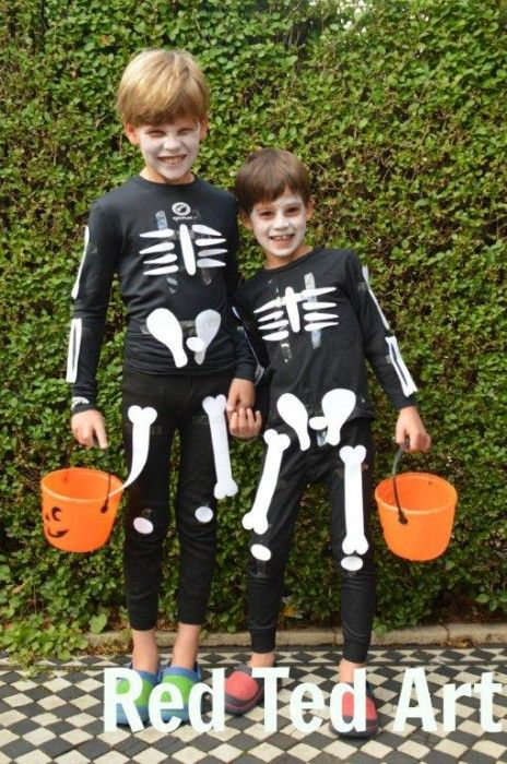 Easy Skeleton Costume & Free Printable. Perfect last minute Halloween costume from http://www.redtedart.com