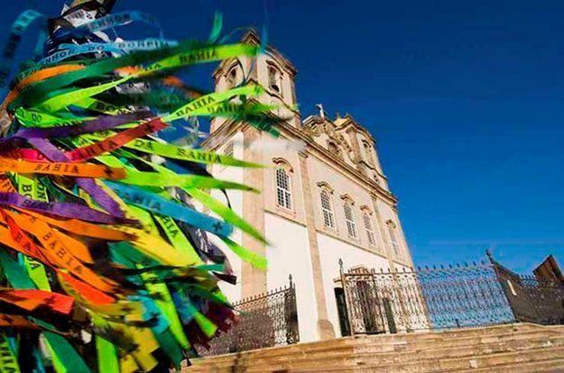 Brazuca una inspiración de la tradicional Fita de Bonfim, que van por todo el país llenando de decesos tanto a residentes como a visitantes. Su nombre representa la pasión, dedicación. También en jerga es una manera para llamarles a los brasileños, por las relaciones con la diáspora brasileña.