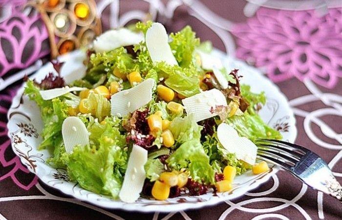 """Салат с консервированной кукурузой http://mirpovara.ru/recept/2276-salat-s-konservirovannoj-kukuruzoj.html  Французский салат с консервированной кукурузой настолько простой, что приготовить его - одно удоволь...  Ингредиенты:  • Кукуруза консервированная - 200г. • Салат листовой - 1пуч. • Сыр """"Babybel"""" - 50г. • Горчица французская - 1ч. л. • Масло оливковое - 2ст. л. • Уксус винный - 3ст. л. • Кунжут  - 20г. • Чеснок - 2зуб.  Смотреть пошаговый рецепт с фото, на странице…"""