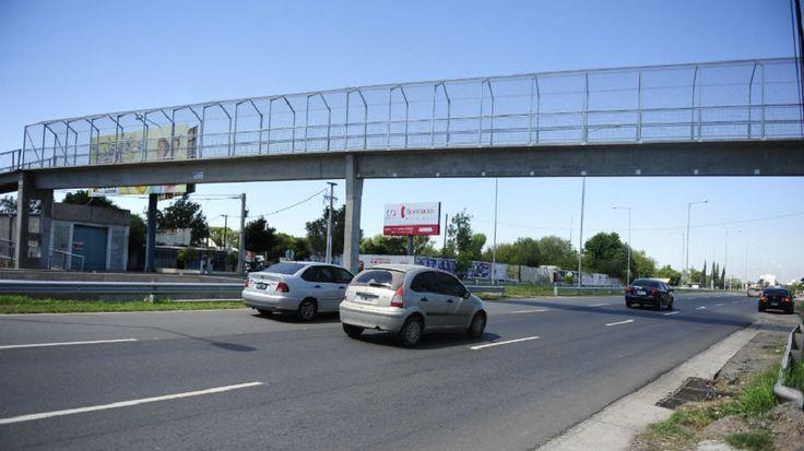 Inseguridad en Liniers: tiraron de un puente a una joven luego de asaltarla