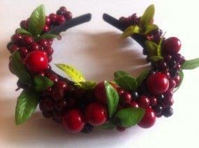 Ободок с красными цветами ягодами и зелеными листьями