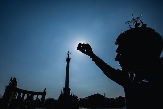 Instant Tudomány: Napfogyatkozás Európa-szerte: kövesse velünk fotókkal a Nap-Hold páros útját - HVG.hu