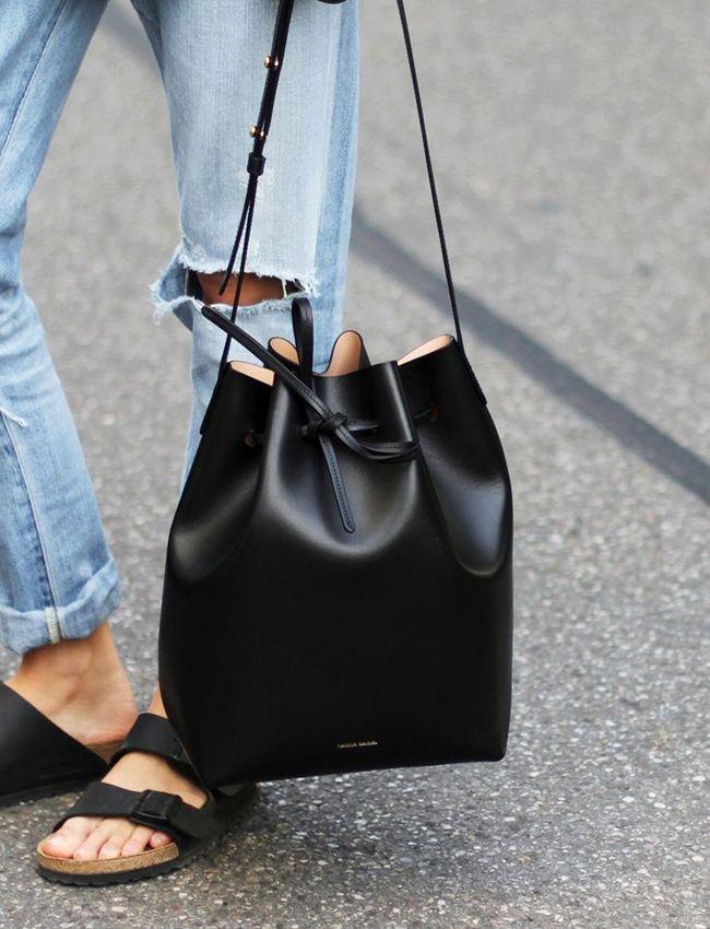 Sas seau oversize carbone + sandales type Birkenstock + jean boyfriend clair roulotté sur la cheville = le bon mix