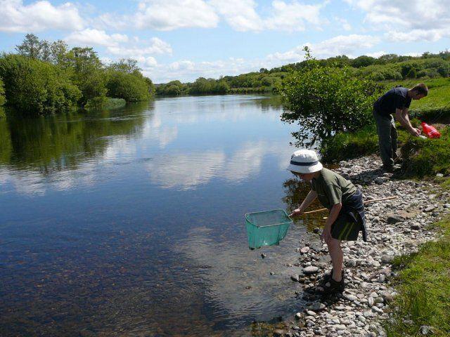 Pêche en famille, au bord d'une rivière - Irlande