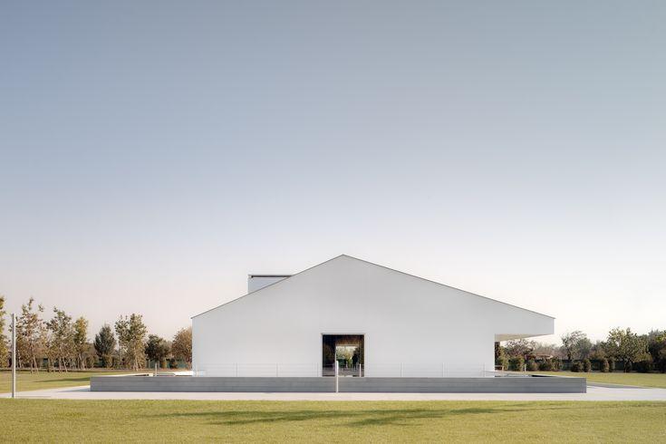 House white exterior facade architecture design by John Pawson - Casa delle Bottere