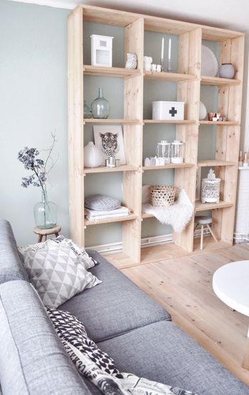 壁の色を活かした収納。背板の無いブックシェルフなら高さがあっても圧迫感無く配置できます。