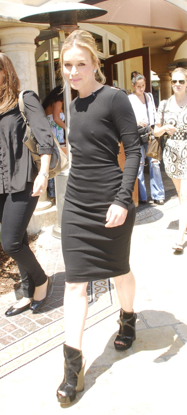 Piper Perabo – pokies shooting Extra at The Grove 28.07.11 ...