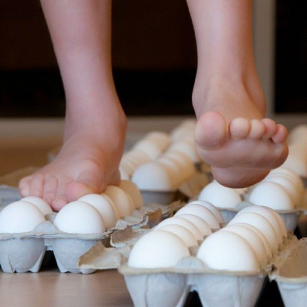 Find out if you can actually walk on egg shells. | 19 Kitchen Science Experiments You Can Eat - Čo vydrží vajíčko?