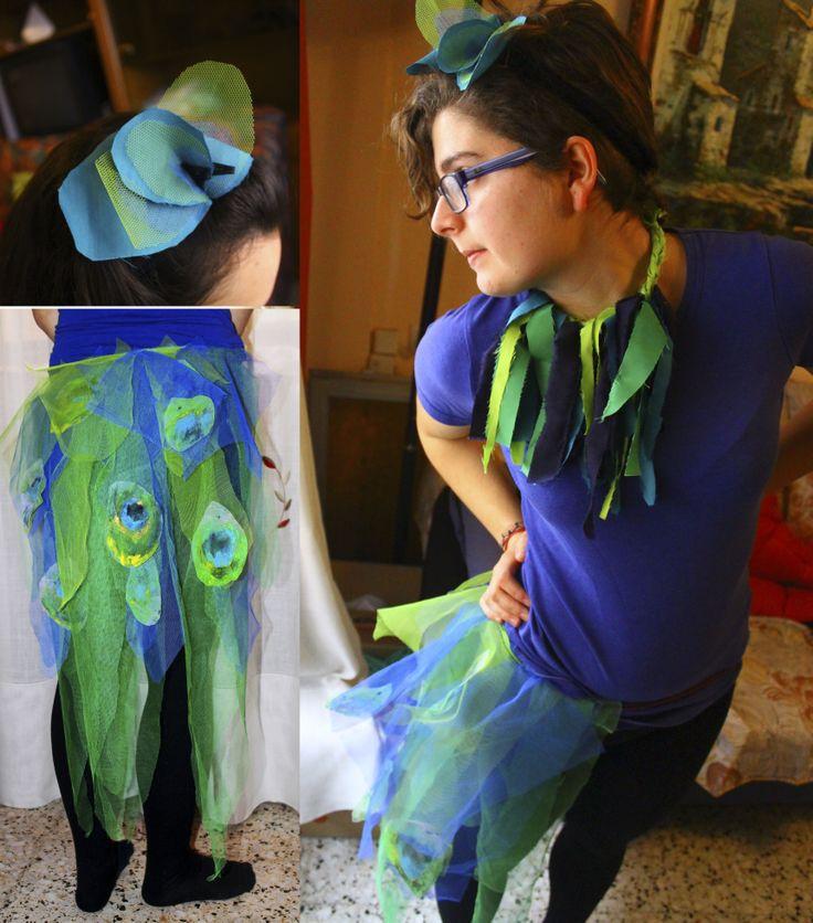 Disfraz de pavo real, fácil y barato de hacer.  Consta tres pieza . Cola collar y diadema.