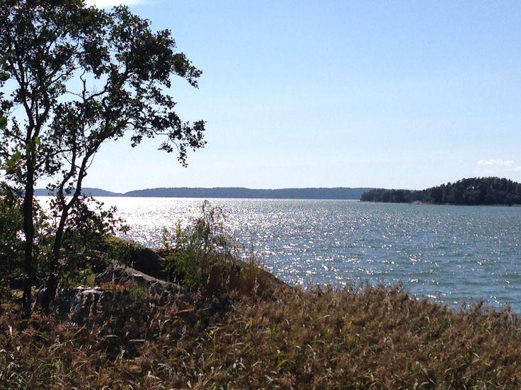 Tilinpäätöstä voi valmistella myös tällaisissa maisemissa. Turun saaristo heinäkuussa 2014.