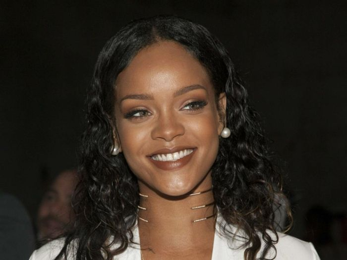 Schwarzes lockiges Haar Perlen Ohrringe, brauner Lippenstift   Bilder von Rihanna