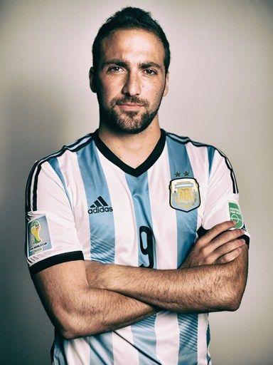 Este es Gonzalo Higuain, un jugador de fútbol en Argentina. Él es número cuatro en su equipo. El jugador competir en la FIFA Copa Mundial 2015.