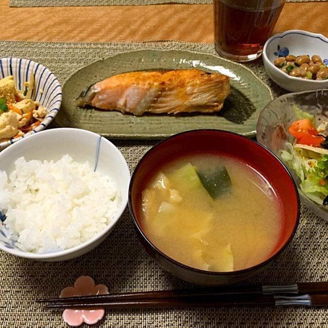 ・塩鮭 ・炒り豆腐 ・サラダ ・納豆 ・キャベツ油揚げわかめのお味噌汁 ・ごはん - 15件のもぐもぐ - 塩鮭 by Sakiko