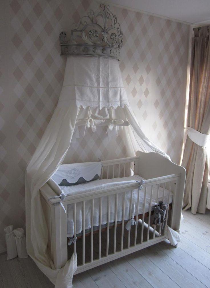 gouden kroon, licht creme gemaakt, koninklijk babybed!