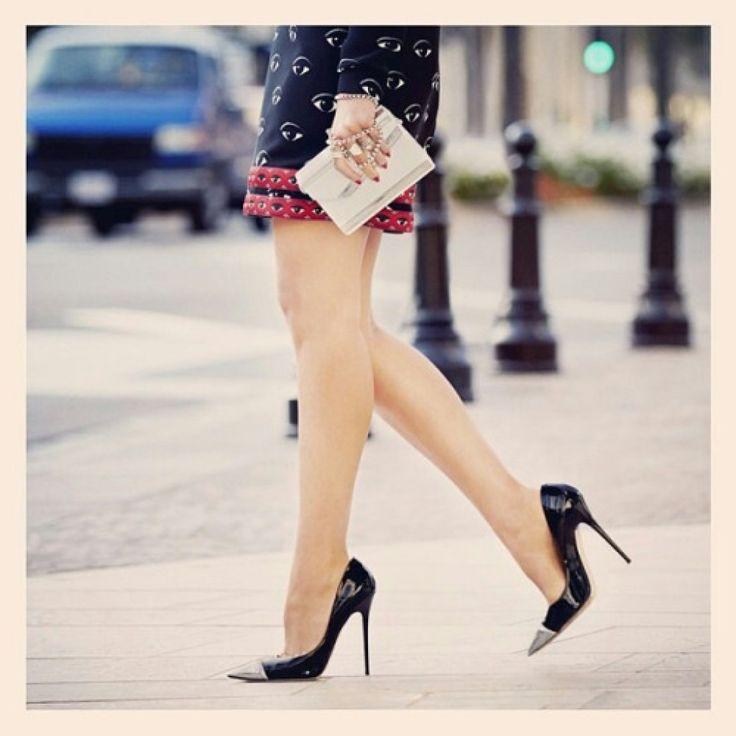 Zgrabne nogi i czarne szpile