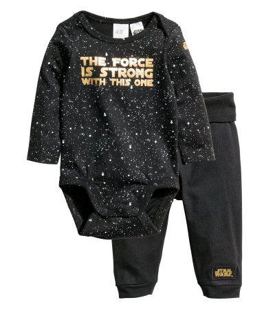 Sort/Star Wars. En body og en bukse i bomullstrikot. Langermet body med trykk…