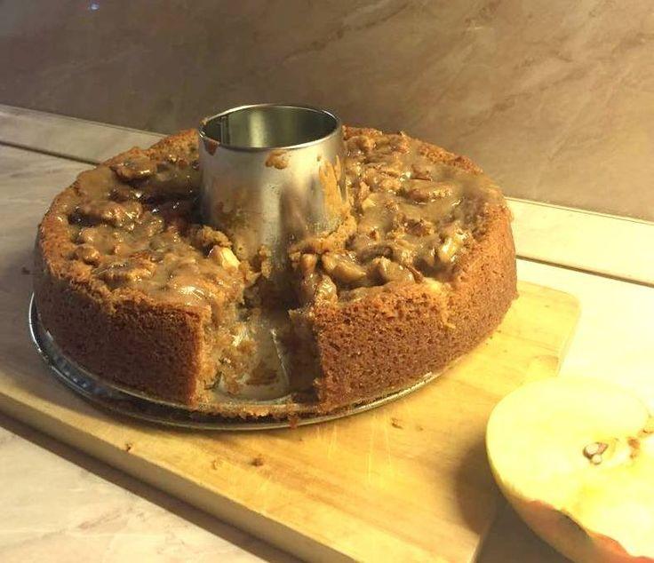 Rém egyszerű süti. Csak összekevered a hozzávalókat, és amíg sül a tészta, megcsinálhatjuk rá a vajkaramellás öntetet is. Nagyon puha, omlós, az almától sokáig nem szárad ki, a karamellától meg épp eléggé ragacsos lesz :)