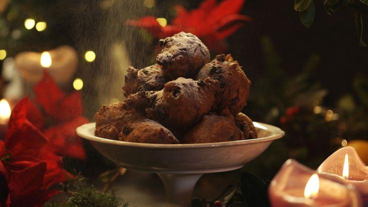 Oliebollen met oranjebloesemwater, amandelen en abrikozen uit de aflevering 'Kersttoet van een volmaakte Hollandsche keukenmeid' #KMVB #kokenmetvanboven #nagerechten