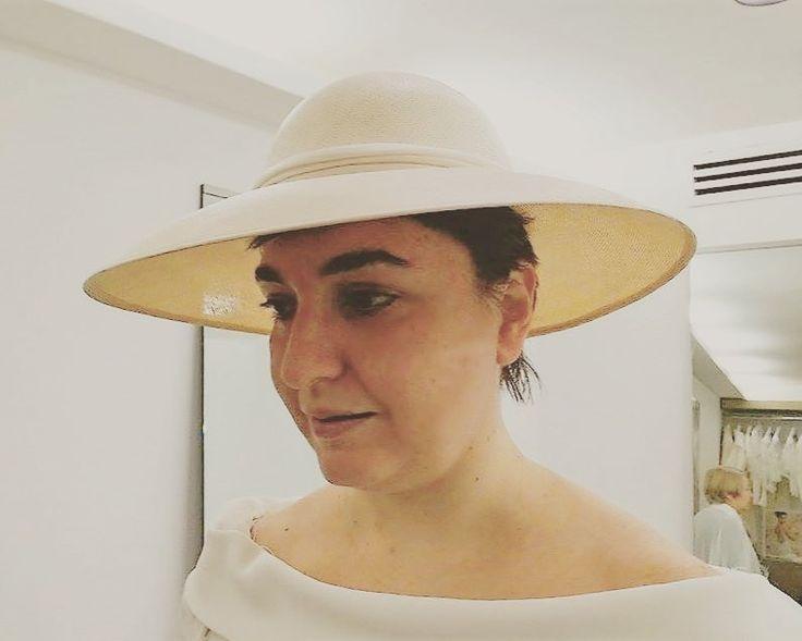 Questa sposa ha scelto una pagoda davvero meravigliosa: un intreccio di paglia perfetto e finissimo abbinato ad un abito lineare. Scelta molto molto elegante!  #hat #hats #moda #fashion #modauomo #modadonna #manfashion #womanfashion #accessori #hatsday #instalike #instalife #instamoment #l4l #like4like #likeforlike #artigianato #madeinitaly #style #modisteria #moda #modafeminina #moda2017 #modafashion #styleinspiration #wedding #weddingday #weddingdress #pagoda