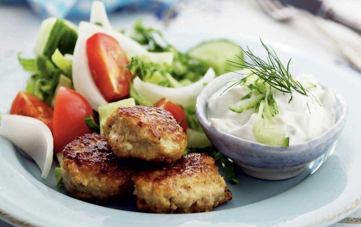 Skønne græske frikadeller med tzatziki - her får du opskriften på græske frikadeller, som du kan lave på oksekød, svinekød eller lammekød.