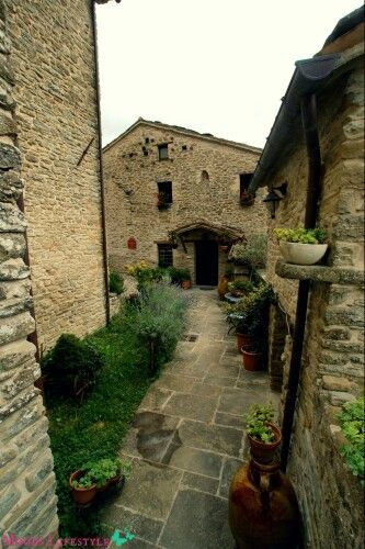 Lovely Castello della Pieve in Le Marche, Italy. A wonderful place to stay! Read more (in Dutch): http://www.moodslifestyle.nl/bijzondere-accommodaties-3-castello-della-pieve