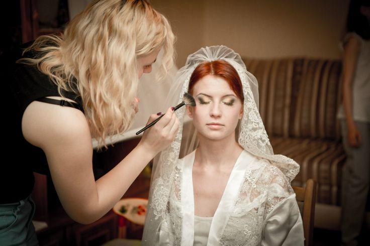 Последние штрихи и все готово впечатляющий образ прекрасной невесты. Стилист-визажист Субботина Ирина | +7 916 910 56 34 vk.com/stylistnadom
