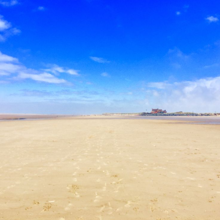 Brancaster Beach with the Golf Club in the distance, finally spring has arrived and our big blue skids are back! Love North Norfolk! Book your dog and child friendly holiday in North Norfolk now - link in bio