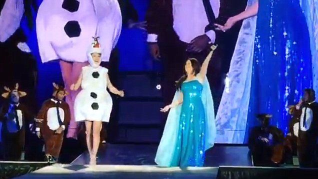 Taylor Swift and Idina Menzel sing Let It Go in Frozen costumes on stage on Halloween.