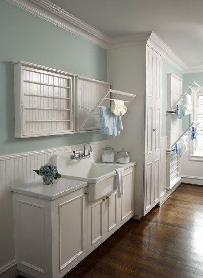 Wasruimte met handige ophangrekken voor de was.