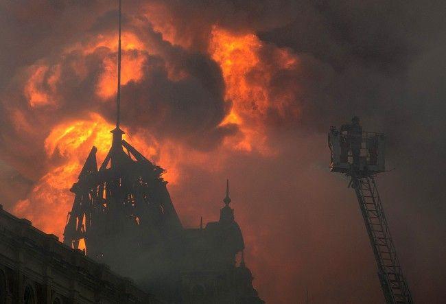 Brannmenn jobber med å slukke brannen ved museet for portugisisk språk i Sao Paulo, Brasil. En brannmann mistet livet i den eksplosjonsartede brannen.