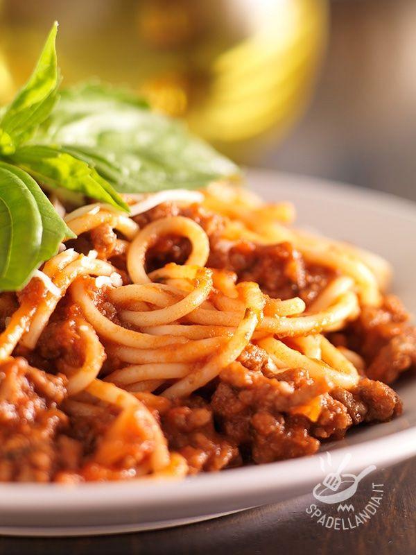Spaghetti with meat sauce of sausage - Ecco un primo di carne saporitissimo, e sostanzioso, della tradizione tutta italiana, che nella sua semplicità e facilità di preparazione conquista tutti! #spaghettiallasalsiccia