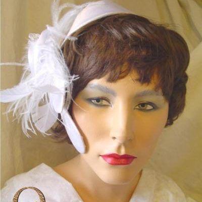 Magnifique parure de tête en satin blanc, orné d'une rose et de plumes