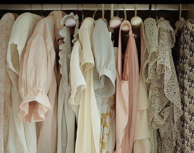 Quer revender roupas em consignação? Vender roupas consignadas pode ser um bom negócio para conquistar a independência financeira.