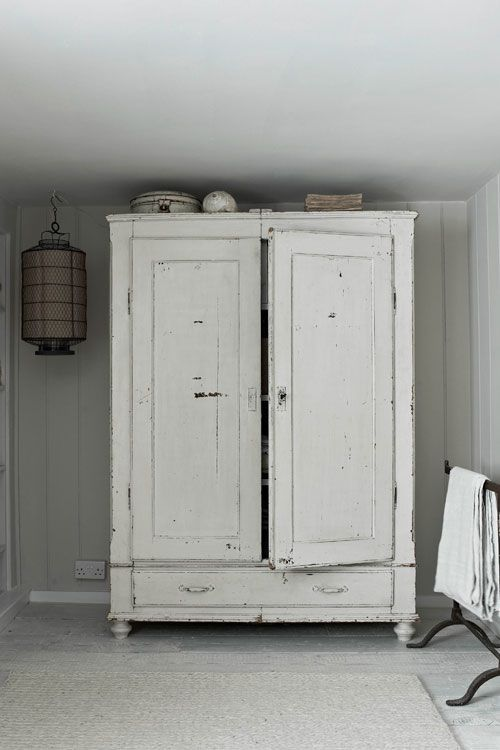 Szafa drewniana, postarzana szafa z drewna ( Wardrobe wooden wardrobe with antiqued wood ).