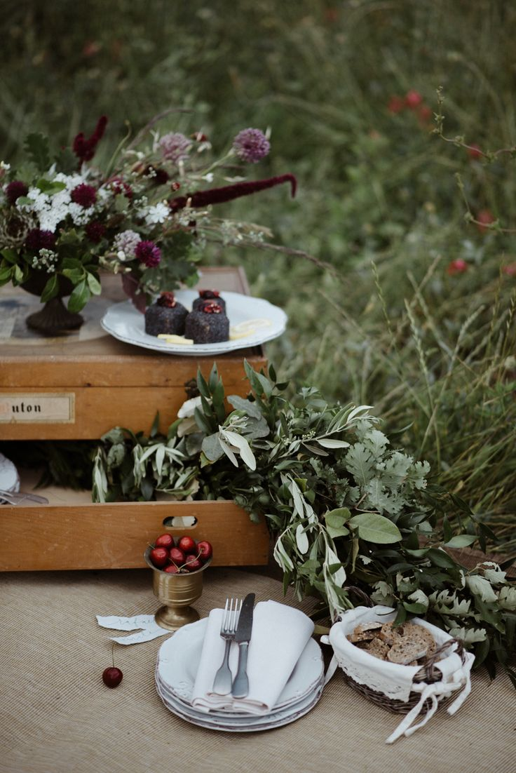 Retrò atmosphere of this funny and unconventional wedding set: a beautiful vintage wooden chest, an iron bowl with wild ancient varieties of flowers and plants, vegan Lemon and poppy seed cake