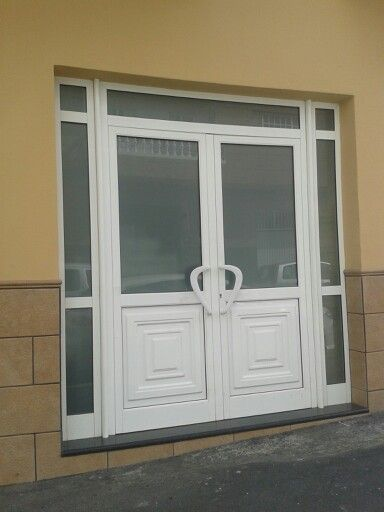 puerta de dos hojas con montante y dos fijos laterales en aluminio y cristal tenerife