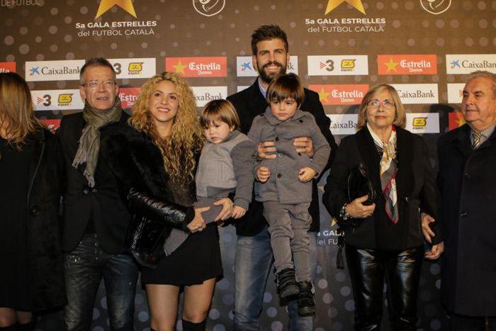 Gerard Pique y Shakira con sus hijos