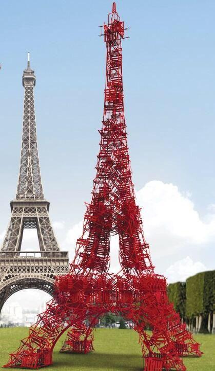 Copie de la Tour Eiffel avec des chaises du champ de mars