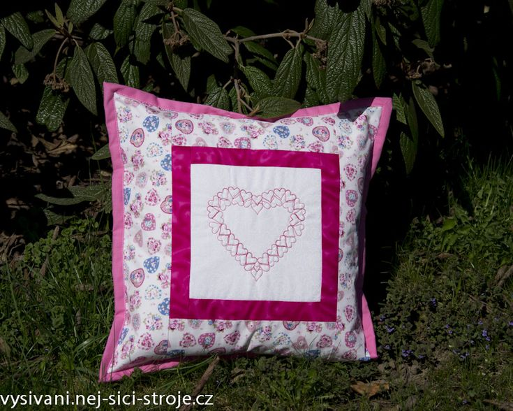 Růžový patchworkový polštářek