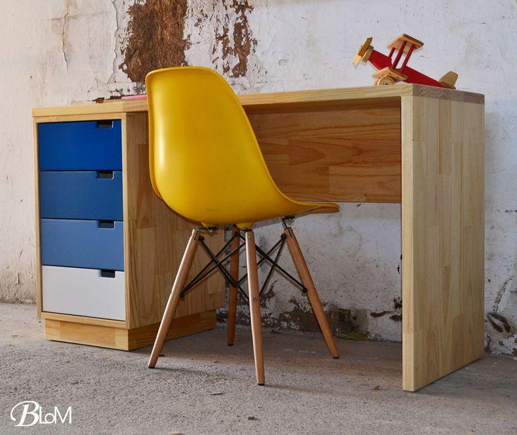 Escritorio Run RunDe nuestra colección Run Run nace este bello y funcional escritorio. Fabricado en tablero de pino masterplac barniz natural al agua, con aplicaciones de color terminación acrílico. #escritorios #mueblesblom #desk