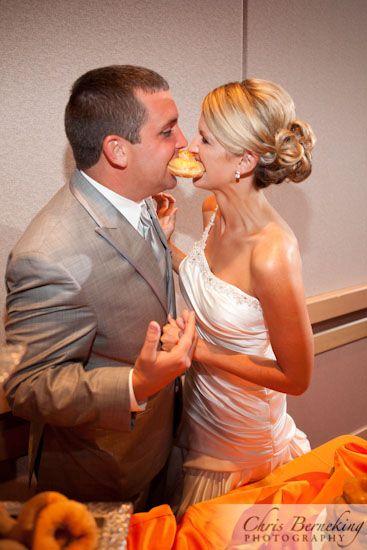 ドーナツでファーストバイトなんて可愛らしい♡結婚式のファーストバイトのアイデア♡ウェディング・ブライダルの参考に♪