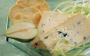 Blåskimmelost med kiks En lækker osteanretning med blåskimmelost, kiks og bladselleri. Lækkert!