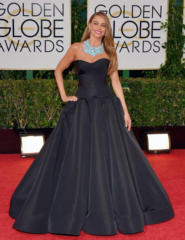 GOLDEN GLOBE AWARDS '14 _Sofía Vergara eligió el color negro para su voluminoso vestido negro de la colección pre-fall de Zac Posen, que adornó con un llamativo collar turquesa de Lorraine Schwartz.