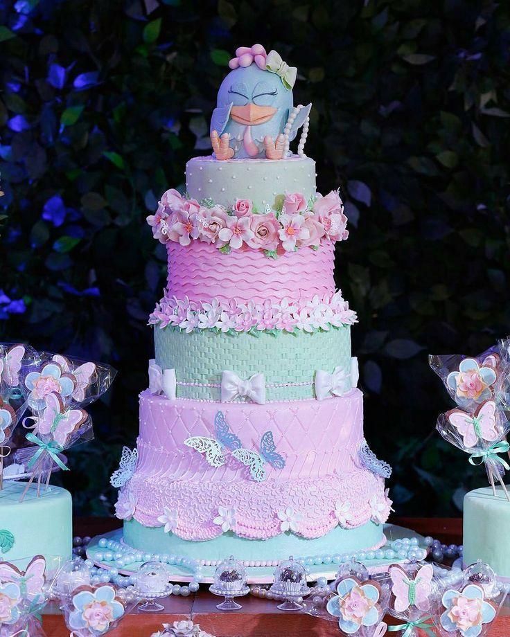 """""""Nossa, olha a delicadeza desse bolo no tema Galinha Pintadinha para meninas! Ficou meigo, criativo e super delicado! Regram @cozinhadamaria Repost…"""""""