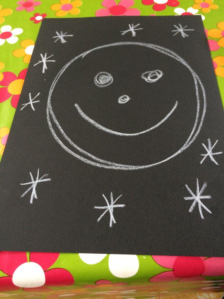 Schrijfdans licht en donker: de maan is rond, de maan is rond, hij heeft twee ogen een neus en een mond.