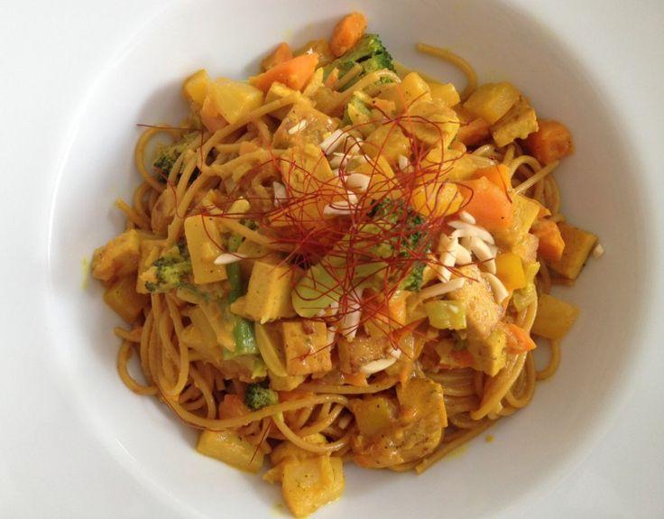 Wer gerne cremige, fruchtig-süße Gerichte mag, der wird das Gericht hier lieben! Zutaten für 2-3 Personen  1 Zwiebel, fein zerkleinert 2 Möhrchen, fein geschnibbelt 1 kleine Dose Ananas (o. frische) in Stücken 150 g Brokkoli (TK oder frisch) 150 g Tofu natur, in Würfel schneiden 50 g Nüsse (Mandeln gestiftelt, Cashewnüsse, ..) 1 (gelbe) Paprika, fein geschnitten 2 Frühlingszw ...
